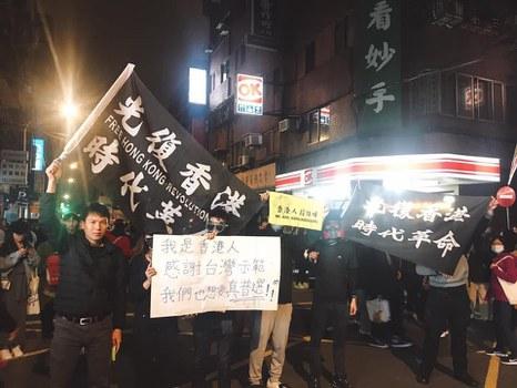Ảnh minh họa. Anh Đỗ Nam Trung (ngoài cùng, bìa trái) trong một lần tham gia biểu tình cùng giới trẻ Đài Loan.