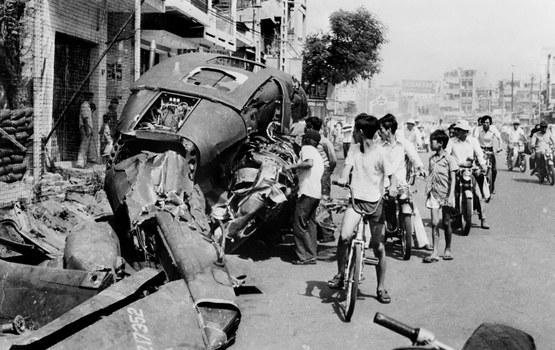 Một chiếc trực thăng Hoa Kỳ bị phá hủy ngày 29 tháng 4 năm 1975, một ngày trước khi Sài Gòn bị tiếp quản.