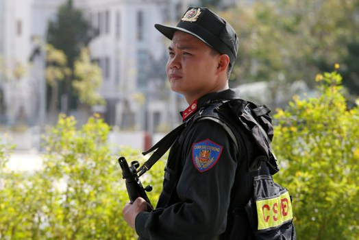 Ảnh minh họa. Một cảnh sát chống bạo động đứng bảo vệ tại nơi diễn ra Hội nghị cấp cao APEC ở Đà Nẵng. Hình chụp ngày 9/11/17.