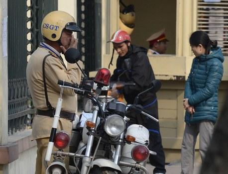 Ảnh minh họa. Một cảnh sát giao thông phạt một vụ vi phạm tại một ngã tư ở Hà Nội.