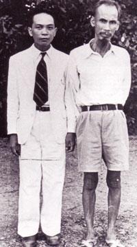 Ông Võ Nguyên Giáp và lãnh tụ Hồ chí Minh năm 1945