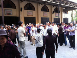 Chiều ngày 03/11/201, một đám côn đồ khoảng 200 người đã kéo vào Nhà thờ Thái Hà phá phách, gây rối trật tự, uy hiếp Dòng tu. Source Giáo Xứ Thái Hà