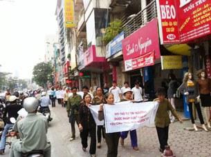 Cả trăm giáo dân Thái Hà diễu hành đòi chính quyền bảo vệ nơi thờ phượng.