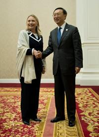 Ngoại trưởng Clinton bắt tay Ngoại trưởng Dương trước khi vào họp song phương- AFP photo