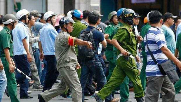 Ảnh minh họa. Cảnh sát 113 và dân phòng bao vây những người biểu tình chống Trung Quốc tại Sài Gòn, ngày 18/05/2014.