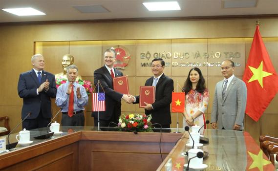 Ảnh minh họa. Đại sứ Mỹ tại Việt Nam Daniel Kritenbrink (thứ ba, bìa trái sang) và Thứ trưởng Giáo dục Nguyễn Văn Phúc (thứ tư, bìa trái sang) tại lễ ký kết Hiệp định Thực thi về giảng dạy tiếng Anh của Chương trình Hòa Bình, ngày 10/7/2020.