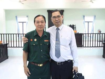 Luật sư Trịnh Vĩnh Phúc (một trong các luật sư đại diện) cùng ông Nguyễn Văn Dũng (Dũng lớn)
