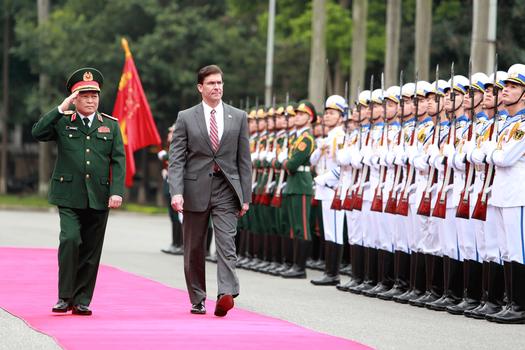 Hình minh họa. Bộ trưởng Quốc phòng Việt Nam Ngô Xuân Lịch (trái) và Bộ trưởng Quốc phòng Mỹ Mark Esper tại Hà Nội hôm 20/11/2019