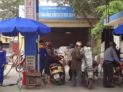 Mua bán xăng tại một cây xăng ở Hà Nội hôm 26/3/2013. RFA photo