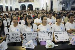 Bạn bè, người thân Đinh Nhật Uy cầu nguyện cho anh trước phiên xử. Photo courtesy of chauxuannguyen.org
