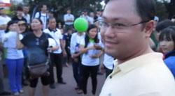 Thạc sĩ cán bộ Thành đoàn Nguyễn Anh Tuấn trước khi giật xấp giấy nhân quyền rồi bỏ chạy hôm 08/12/2013 tại Saigon