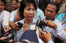 Bà Dinn Phanara, vợ của ông Mam Sonando trả lời báo chí . (Photos: Quốc Việt/RFA)