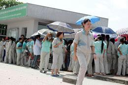 Các công nhân Cty Canon tập trung để đình công mỗi lúc mỗi đông trước trụ sở Cty vào lúc  8 giờ sáng ngày 7 tháng 6, 2012. Source kienthuc.net