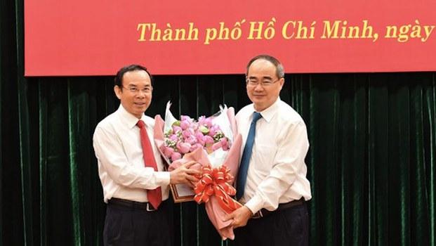 Hình minh hoạ. Ông Nguyễn Thiện Nhân (phải), Ủy viên Bộ Chính trị, Bí thư Thành ủy TPHCM tặng hoa chúc mừng ông Nguyễn Văn Nên hôm 11/10/2020