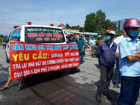 Hình minh hoạ. Người dân Thủ Thiêm, ngày 30/9/2020, căng băng-rôn trên khu đất đã bị Chính quyền quận 2 cưỡng chế sai pháp luật.