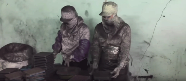 Sản phẩm điều trị ung thư Vinaca được làm từ bột bằng than tre tại một cơ sở tư nhân tại Hải Phòng