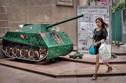 Gần ngày tưởng niệm sự kiện Trung Quốc cho quân đội và thiết giáp trấn áp Thiên An Môn. Tại Hông Kông một mẫu xe tăng bằng giấy được dựng lên ở góc đường ngày 3 tháng 6 năm 2014.