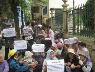 Bà con nông dân huyện Văn Giang khiếu kiện đất đai trước khi xảy ra vụ cưỡng chế hôm 24/4/2012.
