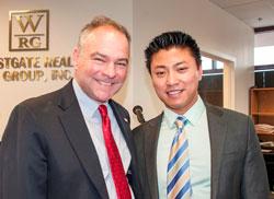 Thượng nghị sĩ Tim Kaine trả lời PV Vũ Hoàng tại buổi gặp mặt trao đổi với cộng đồng tiểu thương người Mỹ gốc Á ở vùng bắc Virginia hôm 4/4. RFA PHOTO.