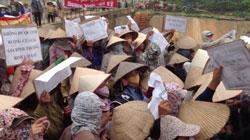 Dân làng Trịnh Nguyễn quyết đòi đất hôm 19/6/2013. Photo courtesy of xuandienhannom
