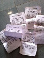 Hàng loạt truyền đơn, tờ rơi được rải xung quanh nhà, trên phố đầy những lời đe dọa