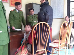 Cảnh làm việc tại đồn công an Hai Bà Trưng. Photo Nguyen Huu Vinh