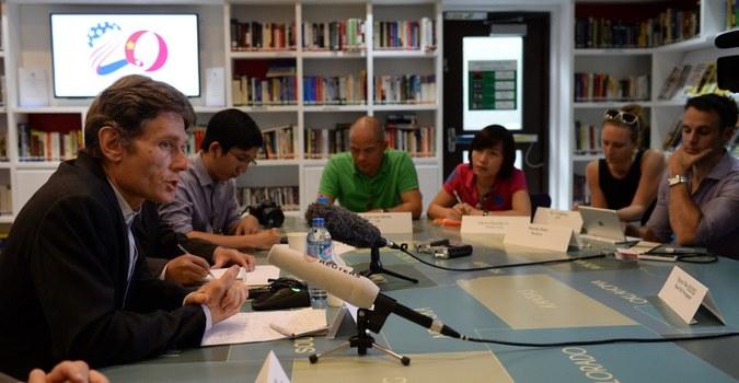 Trợ lý Ngoại trưởng Hoa Kỳ Tom Malinowski (trái) tại buổi Đối thoại Nhân quyền hàng năm với Chính phủ Việt Nam tại Hà Nội vào ngày 11 tháng 5 năm 2015.