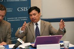 Ông Nguyễn Duy Chiến thuyết trình tại buổi Hội thảo về An ninh Biển Đông hôm 21/6/2011. RFA photo
