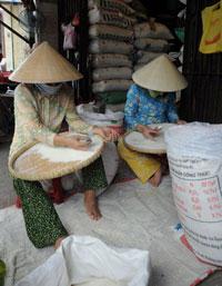 Sàng gạo trong một cửa hàng bán gạo lẻ ở TPHCM, ảnh chụp trước đây. AFP photo.