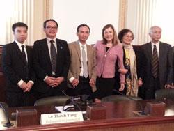 Dân biểu Loretta Sanchez cùng các bloggers và các nhà báo độc lập đến từ Việt Nam, sau buổi điều trần về tình hình tự do báo chí ở Việt Nam đã diễn ra sáng thứ Ba ngày 29/4/2014 tại Hạ viện Hoa Kỳ. RFA PHOTO.