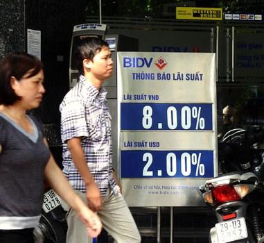 Hình minh họa. Người dân đi qua một cơ sở của Ngân hàng BIDV ở Hà Nội hôm 10/5/2013