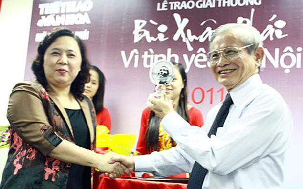 """Giáo sư Phan Huy Lê nhận Giải thưởng """"Bùi Xuân Phái - Vì tình yêu Hà Nội năm 2011"""""""