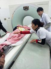 Bà Nguyễn Thị Hóa, mẹ anh Nguyễn Đình Cương bị công an và côn đồ đánh trọng thương đến ngất xỉu và phải chụp CT để kiểm tra chấn thương. Ảnh: chuacuuthe