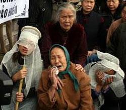 Gia đình đau đớn ngày tang lễ ông Trịnh Xuân Tùng. RFA file