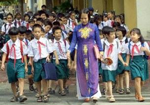 Cô giáo và các học sinh tiểu học
