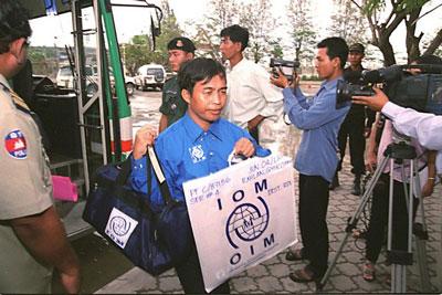 Những người tị nạn Việt Nam rời Campuchia đến Mỹ với sự giúp đỡ của Tổ chức Di dân Quốc tế IOM hôm 3/6/2002.