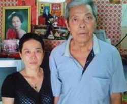 Con gái tù nhân chính trị Nguyễn Hữu Cầu, cô Nguyễn Thị Anh Thư (trái) trong một lần thăm Ông Trương Văn Sương. RFA file Photo.