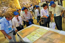 """Nhiều học giả quốc tế tham dự Hội thảo """"Hoàng Sa-Trường Sa: Sự thật lịch sử"""" cũng đã đến tham quan Triển lãm các bản đồ về """"Hoàng Sa-Trường Sa: Phần lãnh thổ không thể tách tời của Việt Nam""""(ĐCSVN)"""