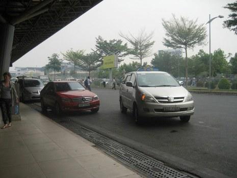 Hành lang phía trước sân bay Tân Sơn Nhất.