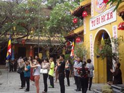 Phật tử đang lễ trong một ngôi chùa ở Hà Nội vào ngày Phật Đản. RFA photo