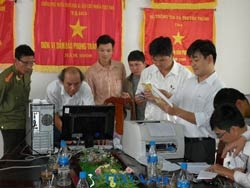 Đoàn Thanh tra tiến hành mở niêm phong máy móc tịch thu của gia đình ông Huỳnh Ngọc Tuấn hôm 8.11.2011. Photo courtesy of ttxva