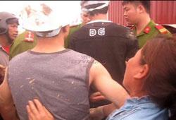Côn đồ cùng công an phường Dương Nội bắt người hôm 22-03-2013. Photo courtesy of ttxva.