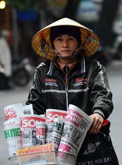Bán báo dạo ở VN. AFP photo