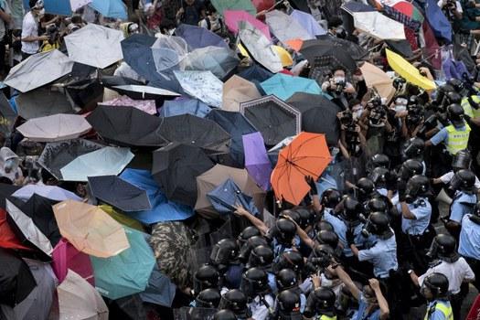 Cảnh sát đụng độ với người biểu tình đòi dân chủ gần trụ sở chính phủ ở Hồng Kông vào ngày 28 tháng 9 năm 2014