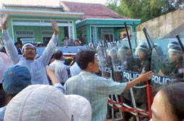 Cồn Dầu năm 2010 cảnh sát ngăn cản đám tang một giáo dân. RFA files