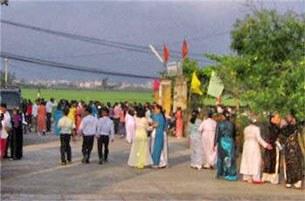 Giáo dân Cồn Dầu tới nhà thờ