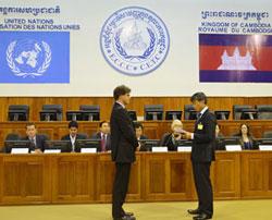 Tân Thẩm phán quốc tế Chung Chang-ho (phải). Source ECCC.