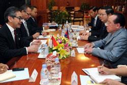 Bộ trưởng Bộ Ngoại giao Indonesia Marty Natalegawa (T) nói chuyện với Ngoại trưởng Campuchia Hor Namhong (P) trong một cuộc họp tại Bộ Ngoại giao nước ngoài tại Phnom Penh vào ngày 19 tháng 7 năm 2012. AFP photo