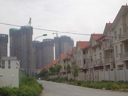 Những dãy nhà đã xây xong chưa bán được và những dự án còn dang dở tại Hà Nội. RFA photo