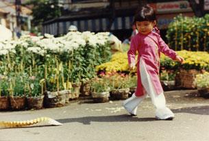 Em bé đi chợ Hoa